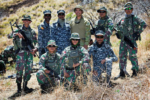 Australian Army officer Chaplain Joel Vergara from the 2nd Battalion (Amphibious), Royal Australian Regiment (rear centre) with soldiers and Marines from Indonesia and Sri-Lanka at Pohakuloa Training Area during Exercise Rim of the Pacific 18 (RIMPAC 18).